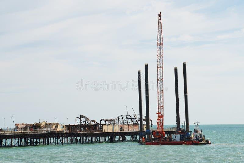 在海斯廷斯码头的起重机驳船 库存照片