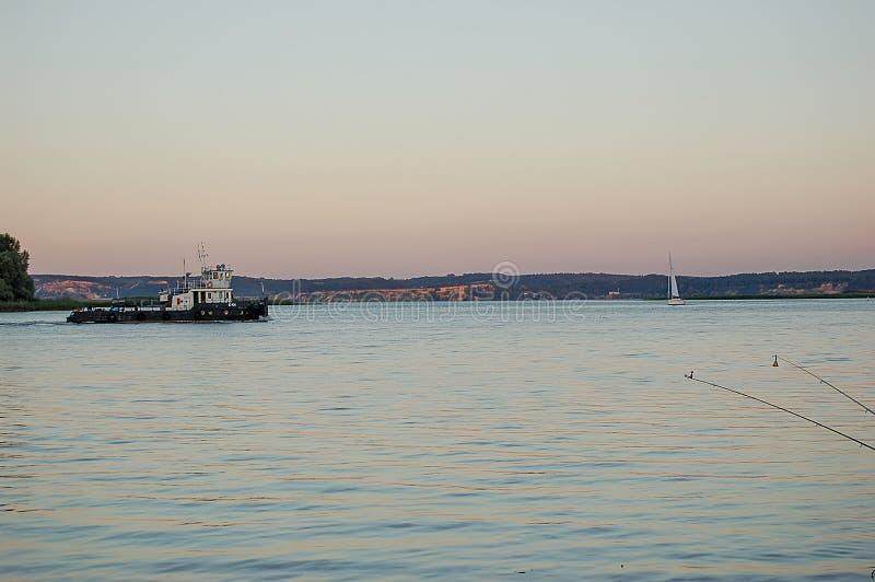 在海日落的一艘驳船 库存照片