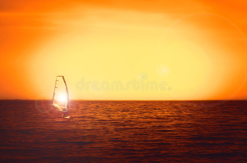在海日落的风帆冲浪者剪影 美好的海滩海景 夏令时watersports活动、假期和旅行 免版税图库摄影