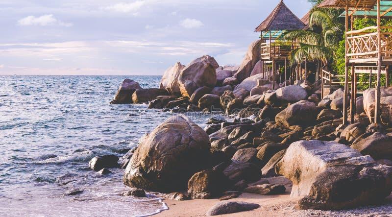 在海日落的,酸值陶,苏梅岛,泰国的竹小屋 库存图片