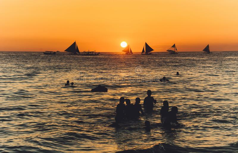 在海水的剪影在日落 图库摄影