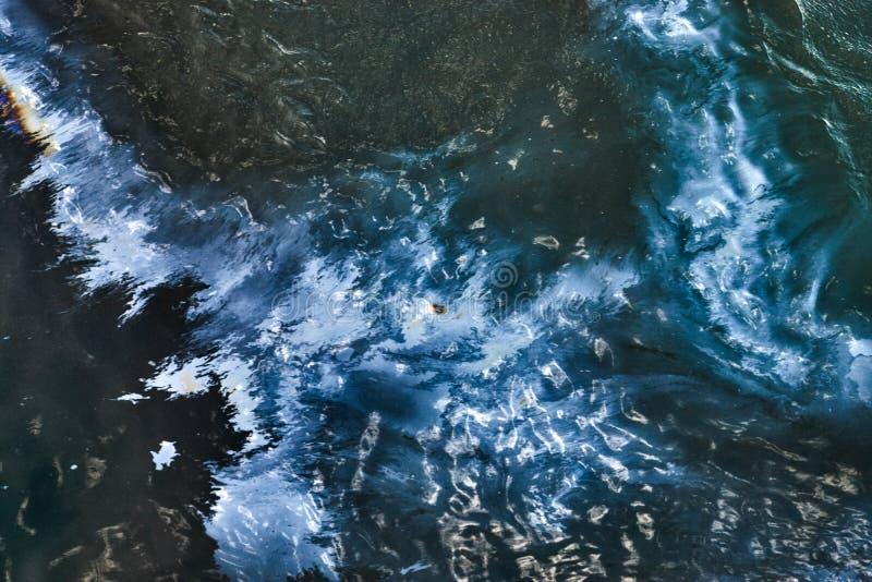 在海水的漏油,顶视图 库存图片