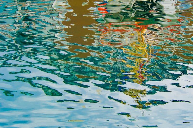 在海水的美好的水背景,挪威,挪威海的五颜六色的反射 库存图片