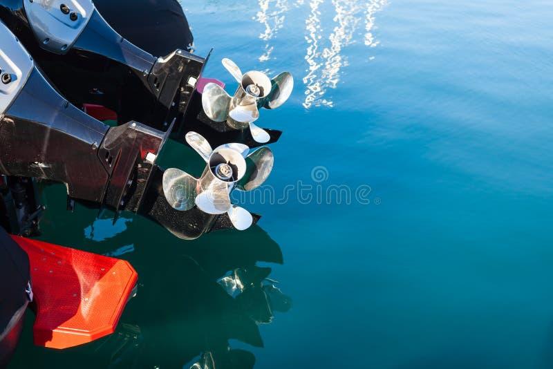 在海水背景的两个汽船螺丝 免版税库存图片