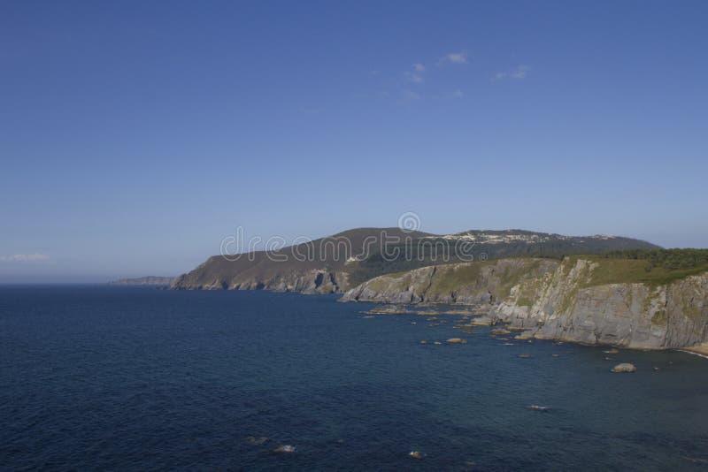 在海沐浴的海岸的峭壁 免版税库存图片