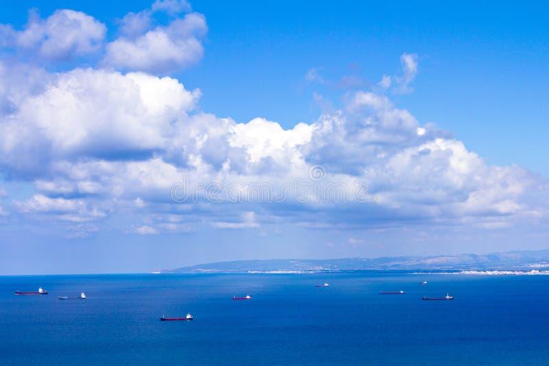 在海法附近港的船  库存照片
