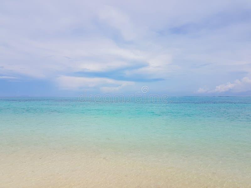 在海波浪的阳光在Karon海滩,普吉岛,泰国 晴朗的夏天海海滩波浪 阳光在沙滩附近的海波浪 免版税库存图片