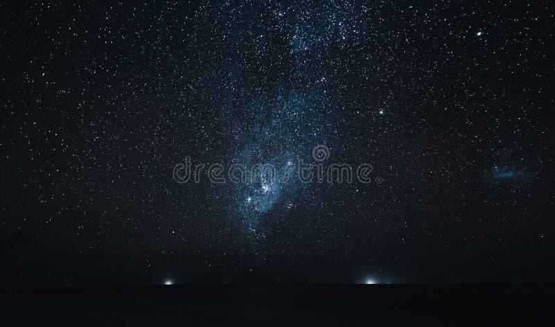 在海洋上的惊人的满天星斗的天空在晚上, Thoddoo 图库摄影