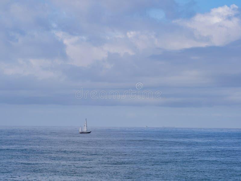 在海洋中间的唯一风船 库存照片