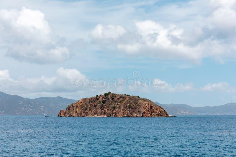在海洋中间的被隔绝的海岛 库存图片