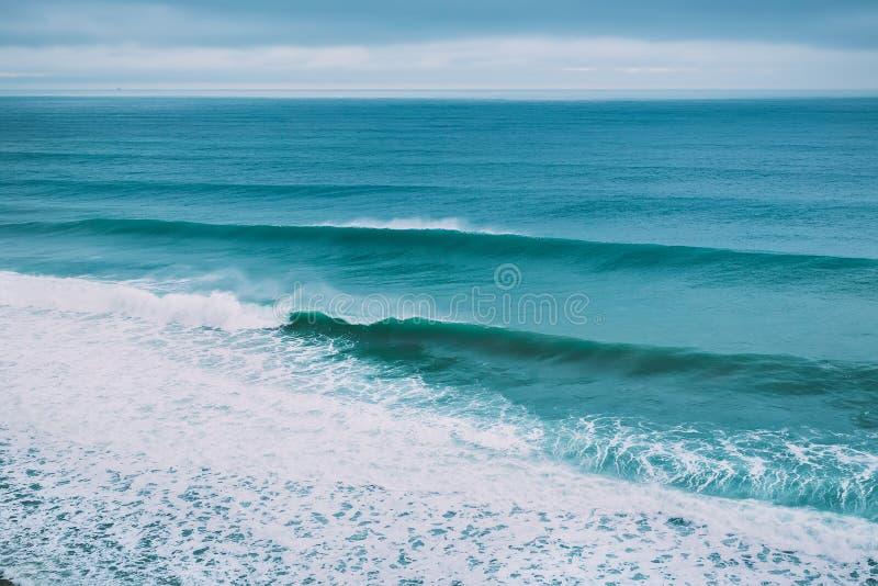 在海洋和多云天气的碰撞的大波浪 完善冲浪的波浪 库存图片