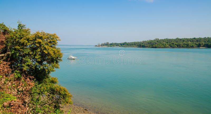 在海洋和布巴克, Bijagos群岛,几内亚比绍邻居海岛的风景看法  免版税库存照片
