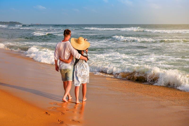 在海洋岸的夫妇 免版税图库摄影