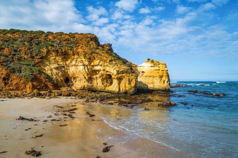 在海洋海岸线的巨大的腐蚀的岩石 免版税库存照片