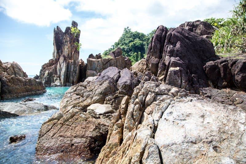 在海洋海岸附近的岩石 免版税库存图片