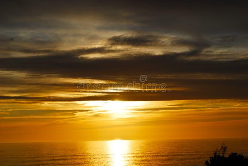 在海洋海滩的美好的红色日落南安大路西亚 免版税图库摄影