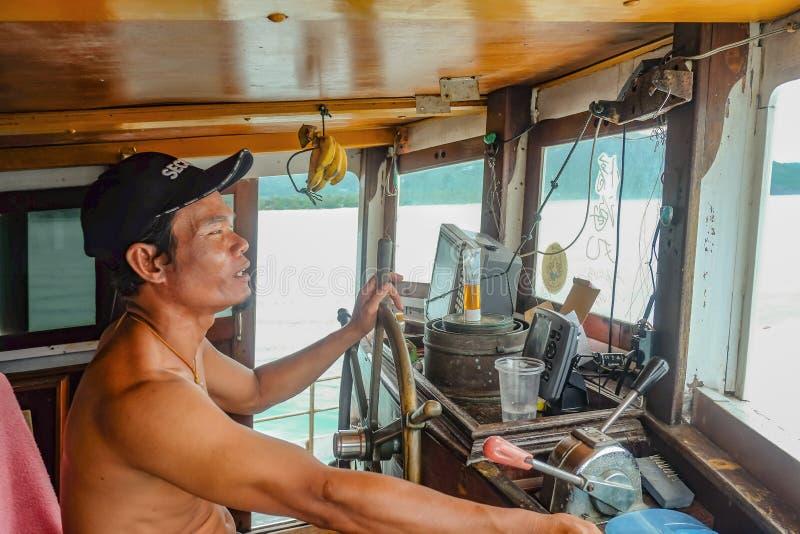 在海洋游览中的不知道泰国Fisher小船司机在张岛桐艾府泰国 库存照片