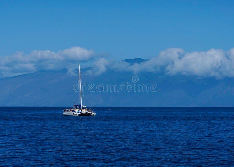 在海洋的一个小船航行在毛伊,HI 库存照片