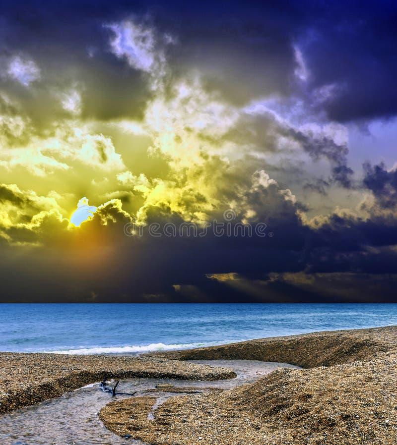 在海洋的剧烈的日出和淡水在康沃尔郡,英国放出 图库摄影