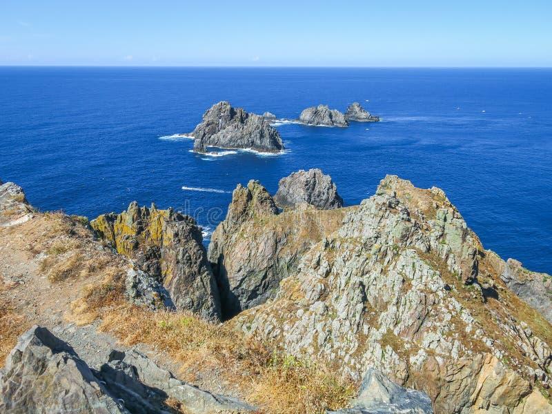在海洋的岩石在Carino附近的Cabo的Ortegal, La拉科鲁尼亚队,加利西亚 库存照片