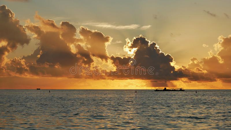 在海洋的惊人的日落 库存照片