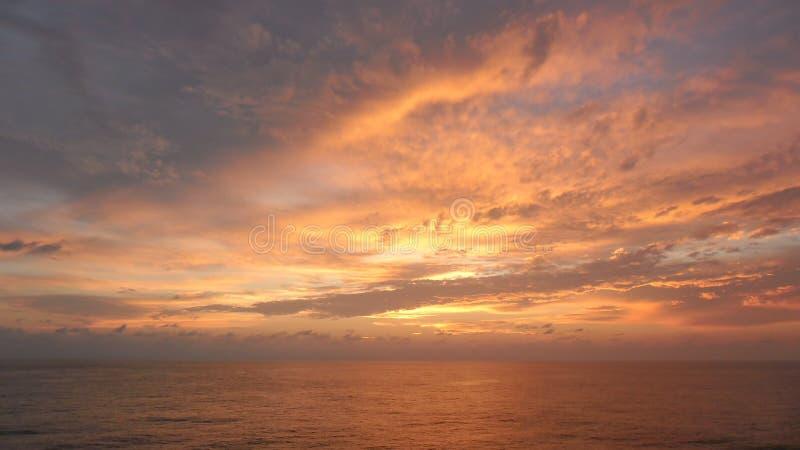 在海洋的所有天空颜色的覆盖 库存照片