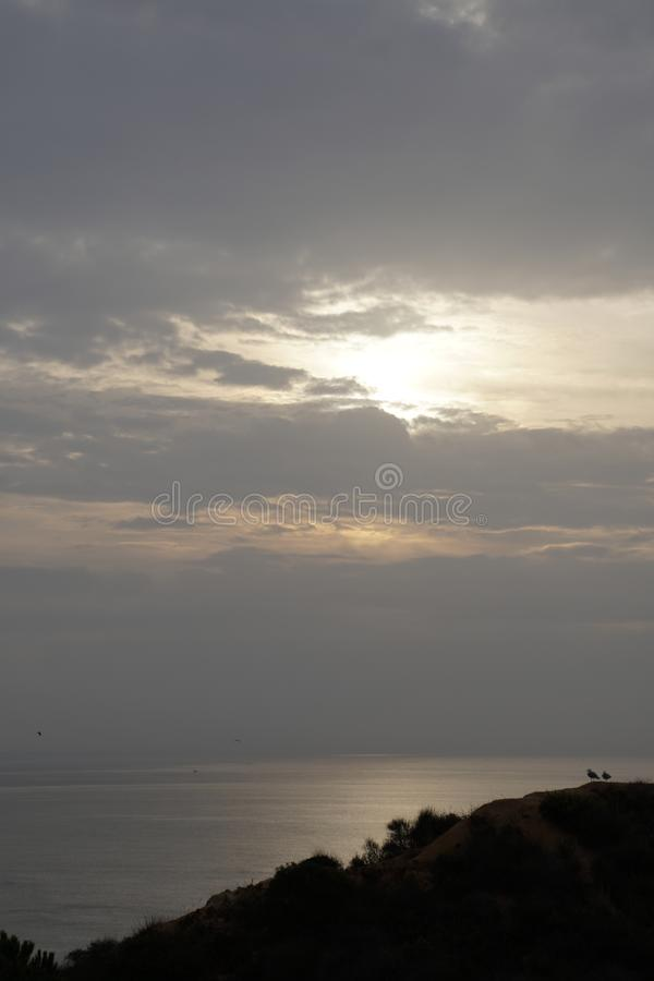 在海洋的清早 日出 明亮的颜色 有渔夫的小船 天际太阳圆盘 免版税库存图片