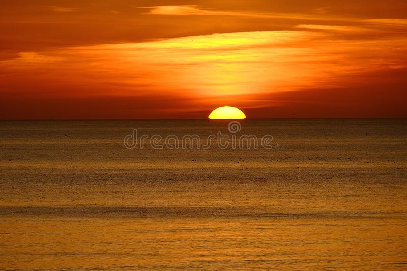 在海洋的红色日落 库存图片