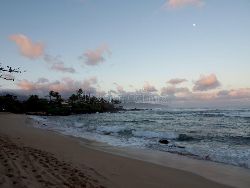 在海洋的美好的黎明有碰撞入岩石alo的波浪的 免版税库存图片
