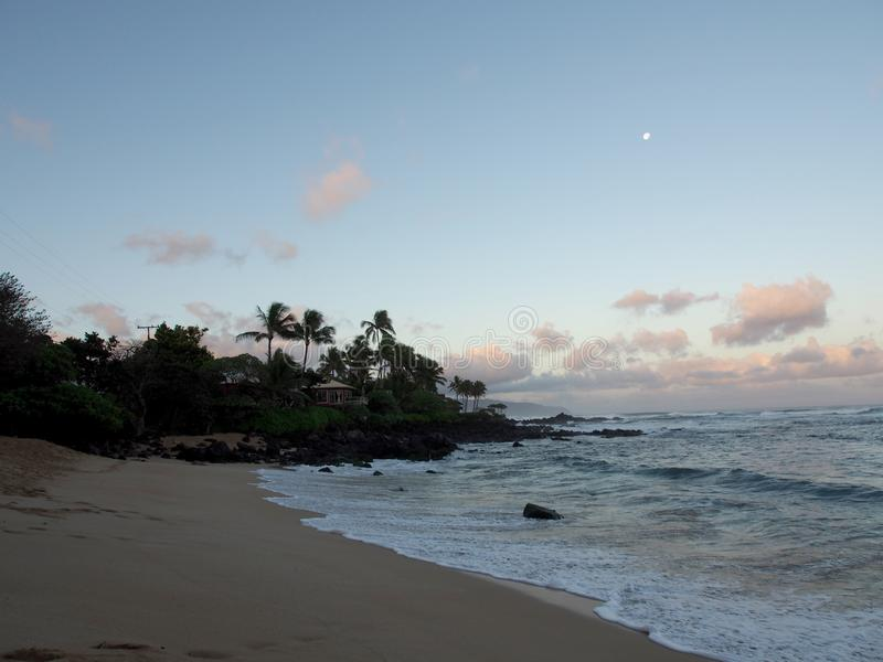 在海洋的美好的黎明有碰撞入岩石alo的波浪的 库存照片