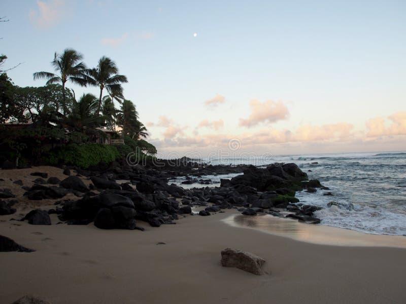 在海洋的美好的黎明有碰撞入岩石alo的波浪的 图库摄影