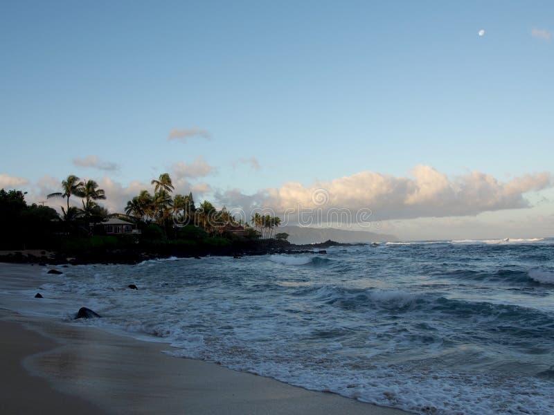 在海洋的美好的黎明有碰撞入岩石alo的波浪的 库存图片