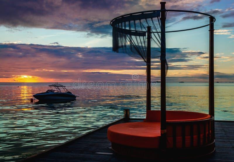 在海洋的背景的美好的五颜六色的日落一种手段的在马尔代夫 库存照片