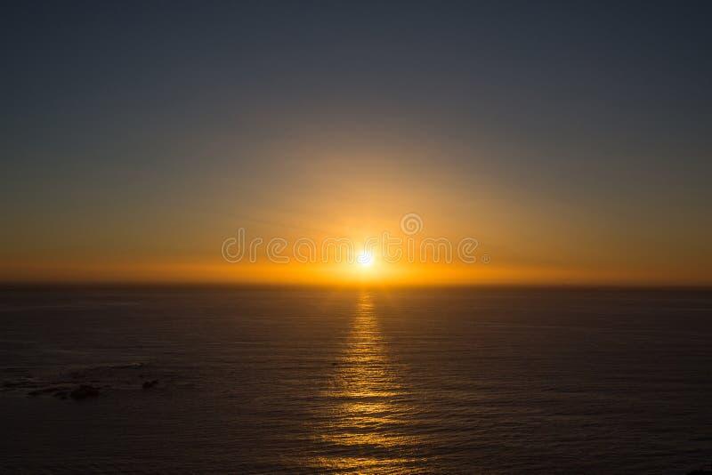在海洋的金黄日落 免版税库存图片