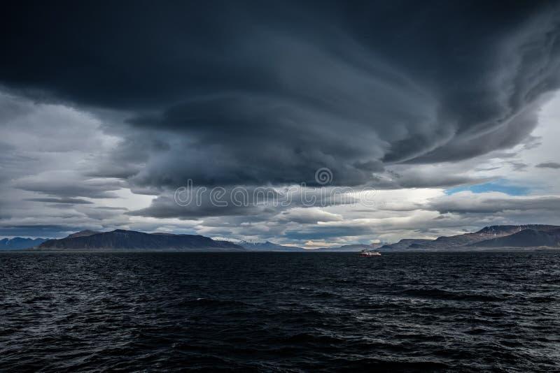 在海洋的风雨如磐的天空 库存照片
