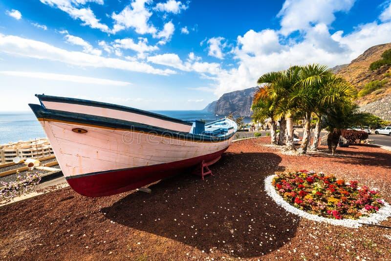 在海洋附近的五颜六色的被绘的渔船Los的Gigantes, T 图库摄影