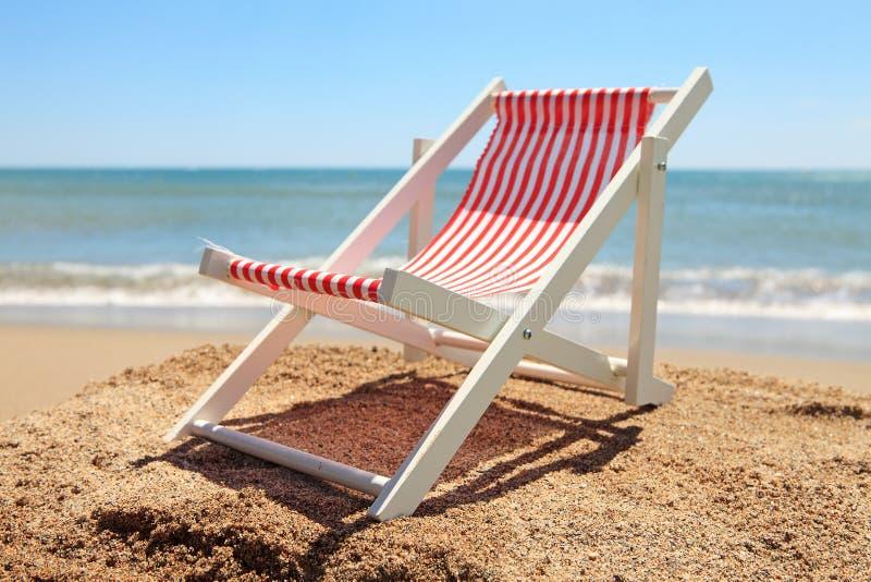 在海洋附近的海滩睡椅 图库摄影
