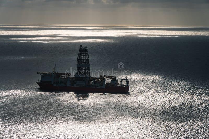 在海洋aereal视图中间的石油平台 免版税库存图片