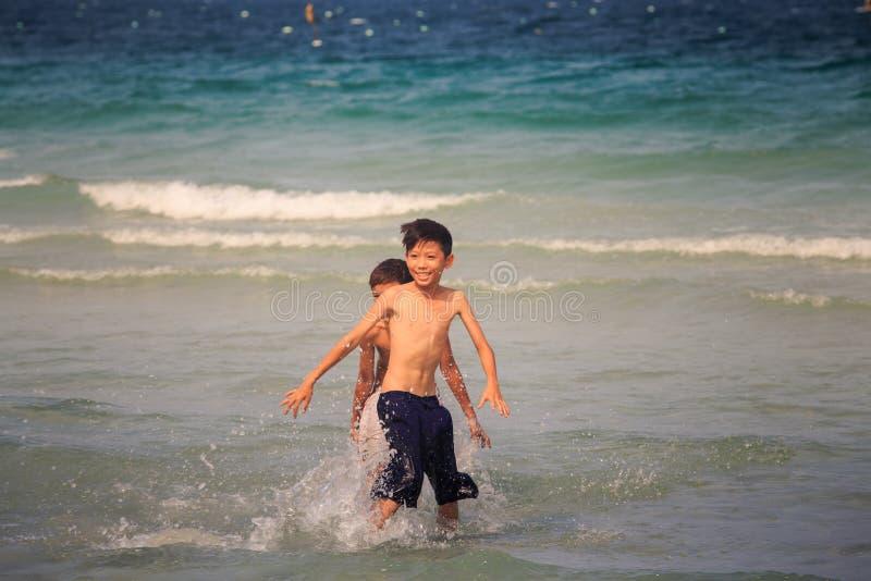 在海浪的儿童游戏在晴天在越南 免版税库存图片