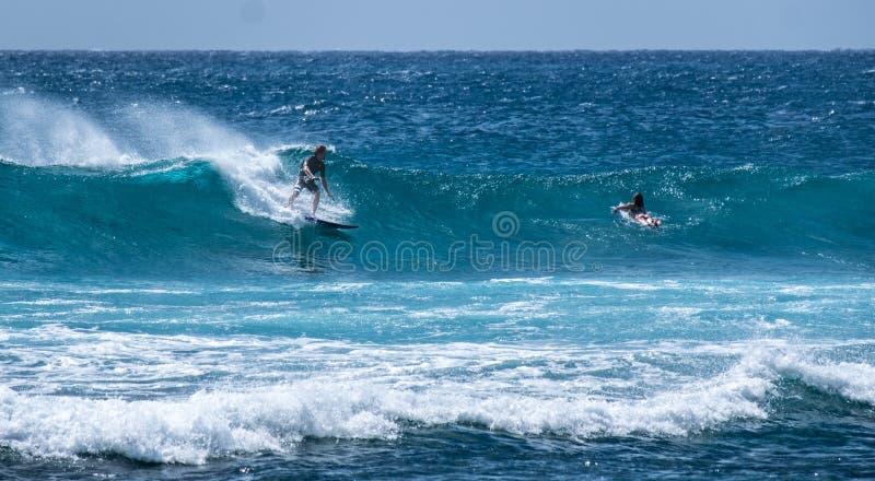 在海浪的波浪从在夏威夷的一个海滩 免版税库存图片