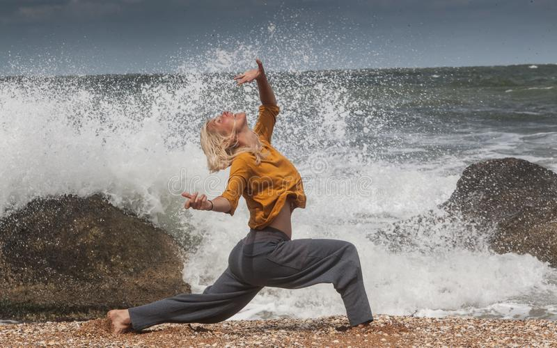 在海海浪的妇女跳舞 库存图片
