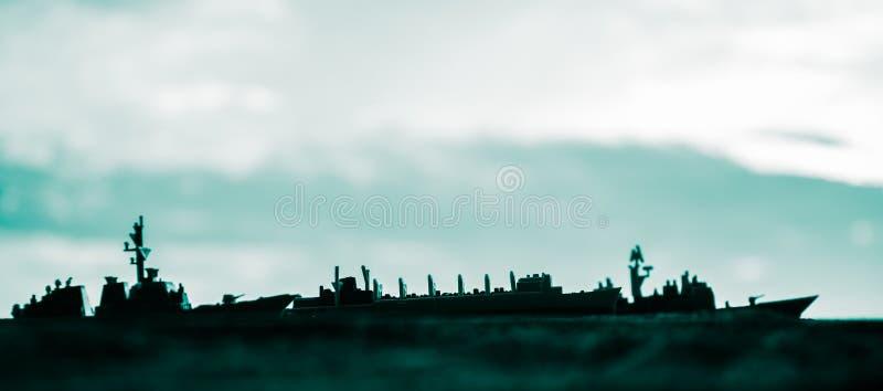 在海海湾的军事军舰在日落时间 r 免版税库存照片