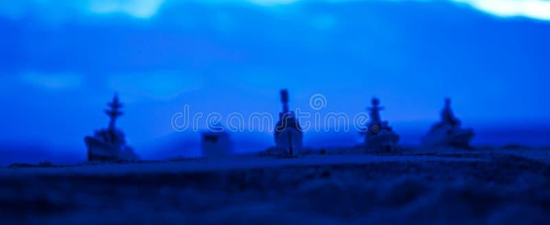在海海湾的军事军舰在日落时间 r 免版税图库摄影