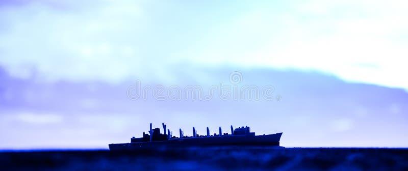 在海海湾的军事军舰在日落时间 r 库存照片