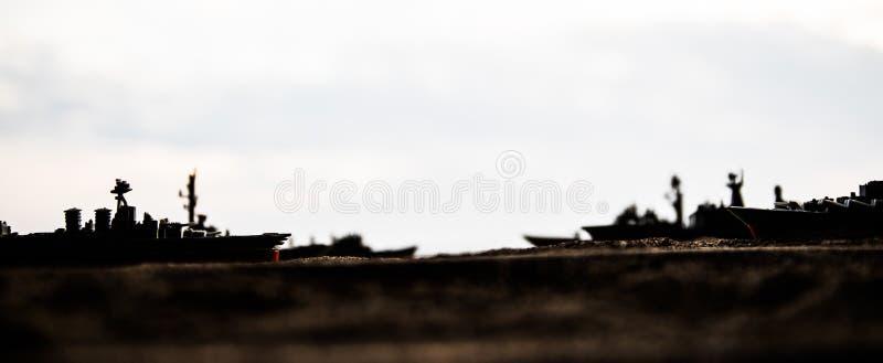 在海海湾的军事军舰在日落时间 r 免版税库存图片