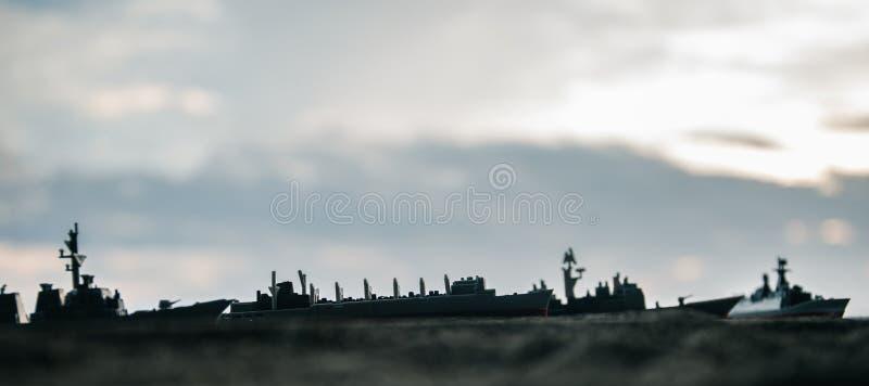 在海海湾的军事军舰在日落时间 r 图库摄影