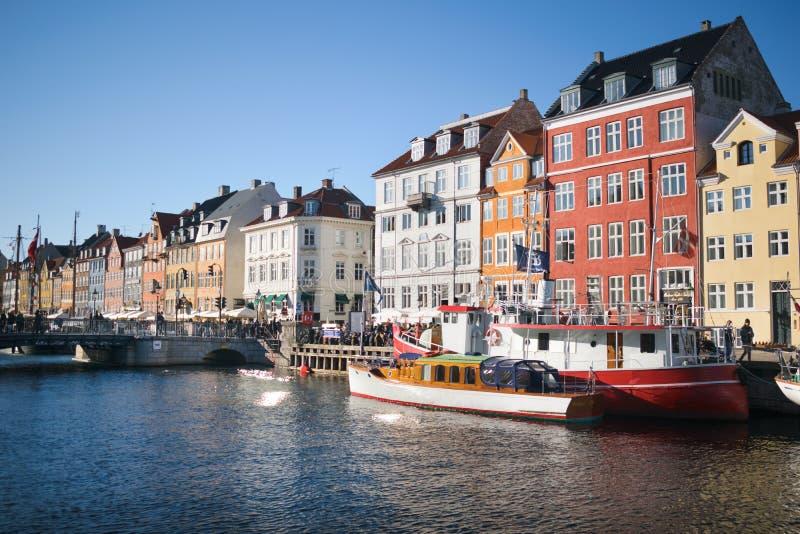 在海海湾的经典哥本哈根大厦 免版税图库摄影