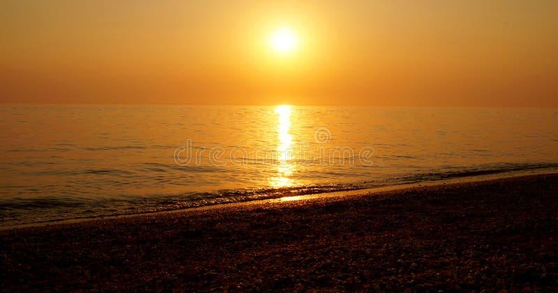 在海海滩的夏天日落 库存照片