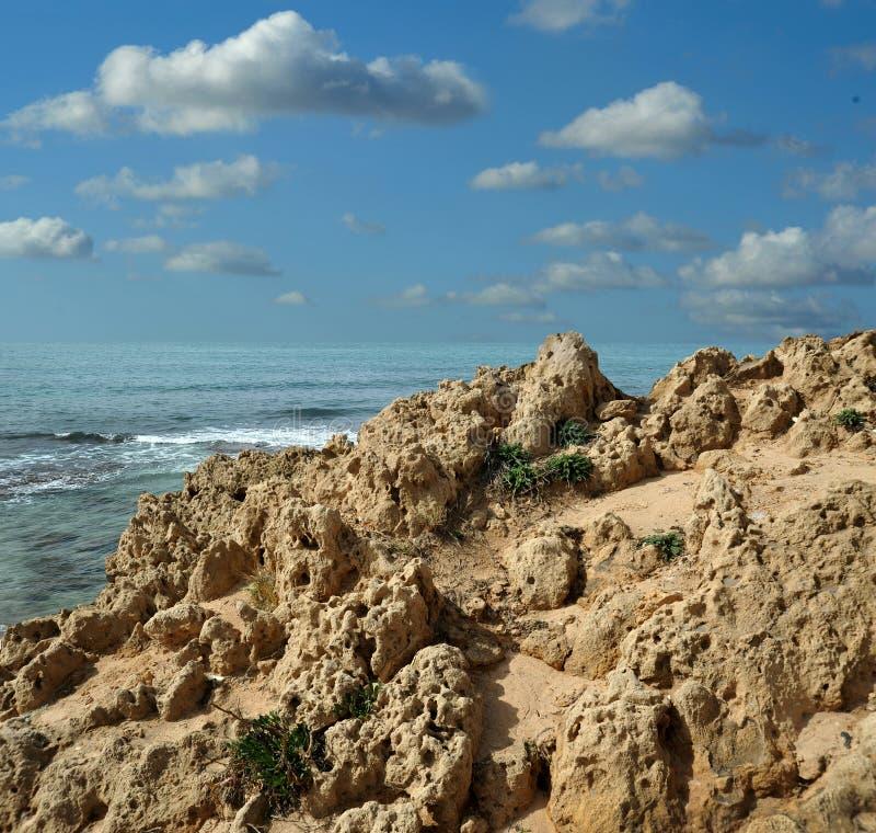 在海海滩的石头 Palmahim,里雄莱锡安,以色列 免版税库存照片