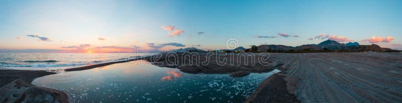在海海滩,科森扎,意大利的日落 免版税图库摄影